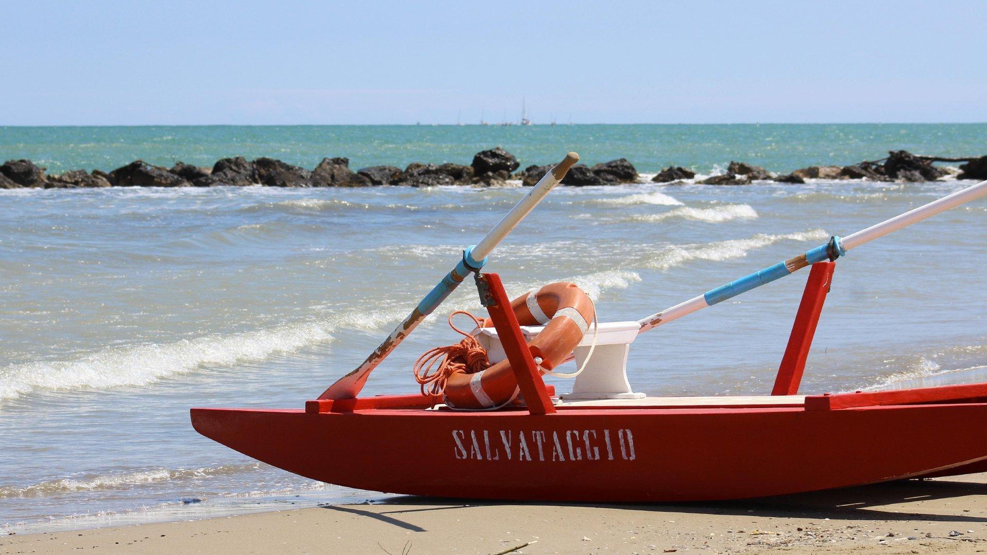 moscone salvataggio riviera di Rimini spiaggia di fronte Hotel Tritone