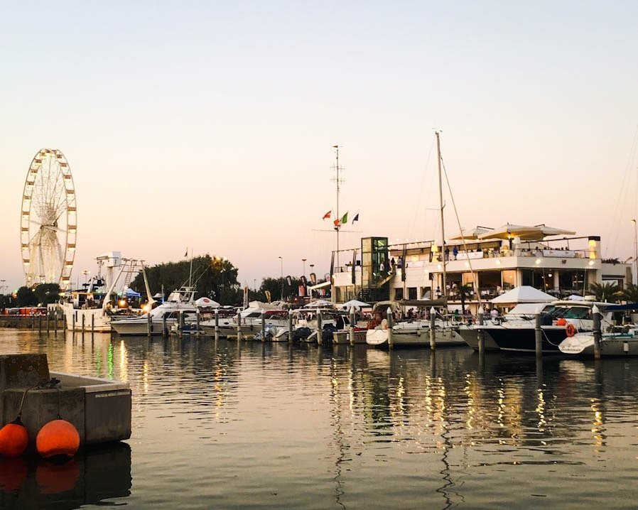 Molo di Rimini, barche e pescherecci, ruota panoramica, tramonto