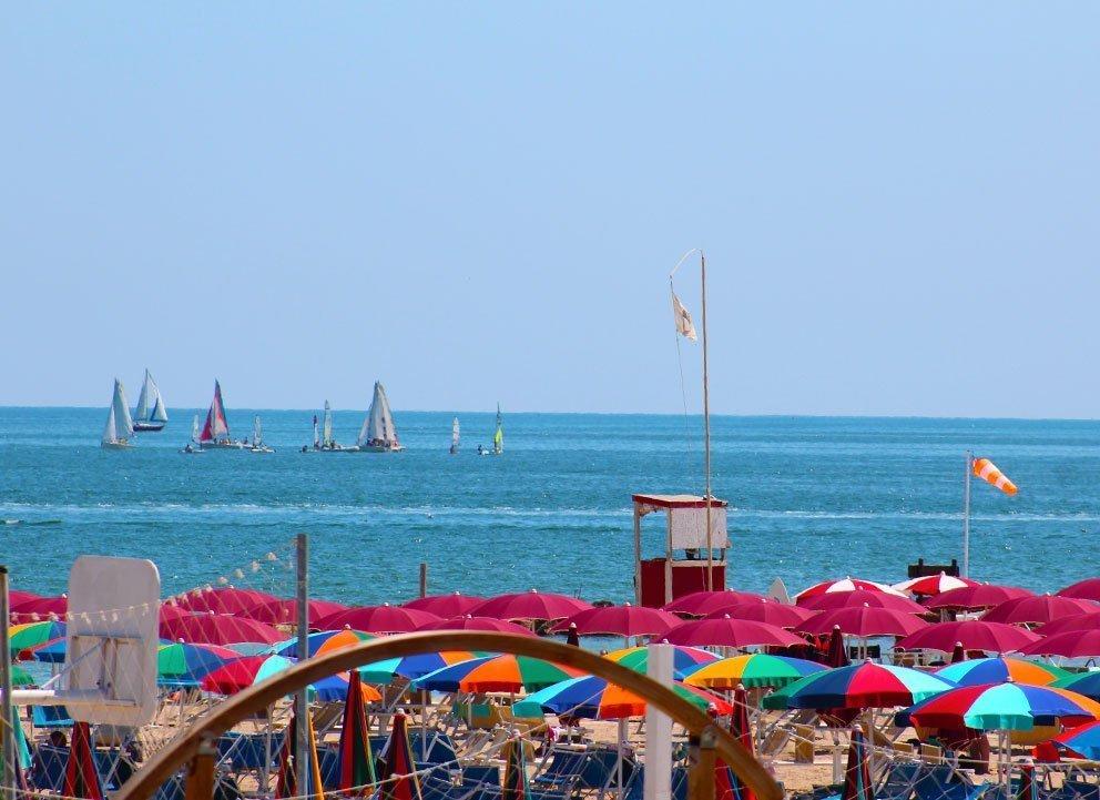 mare e spiaggia di Viserba di Rimini a luglio. vista dall'Hotel Tritone