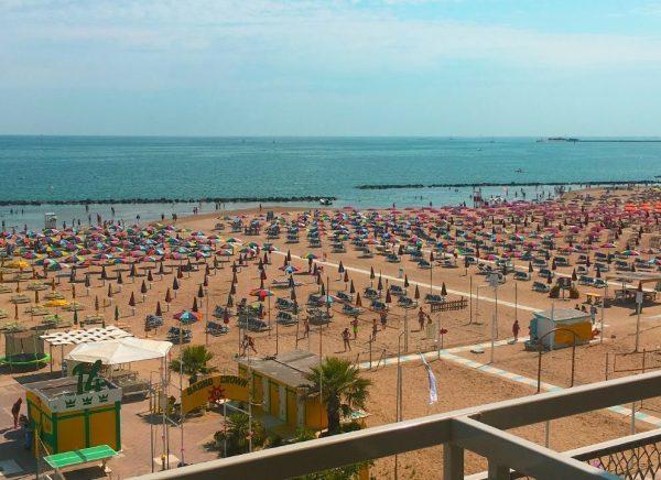 vista mare dal balcone di una camera dell'Hotel Tritone di Rimini