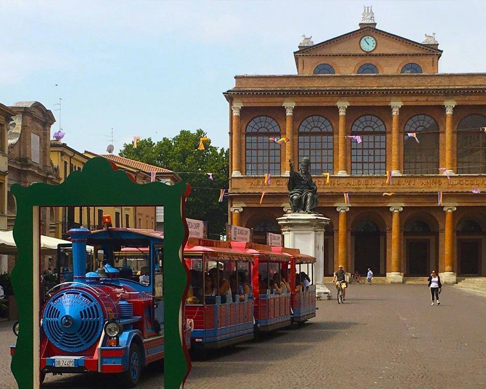 Piazza cavour Rimini trenino per visitare la citta di rimini