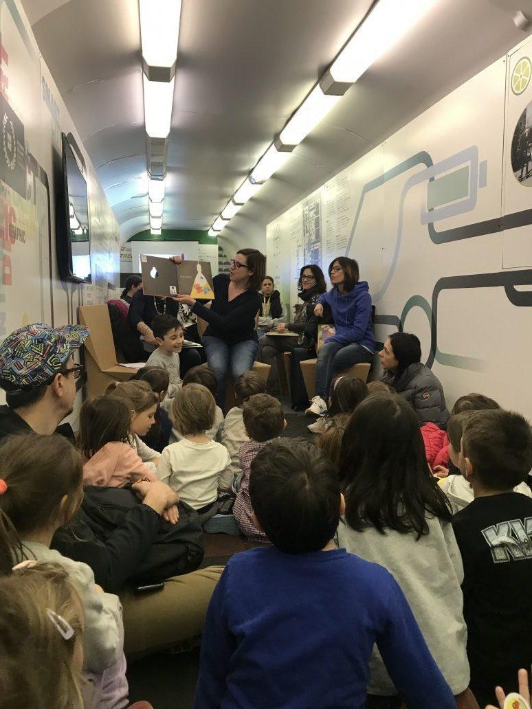 lettori volontari che leggono favole sulla sostenibilità ai bambini sul trenoverde 2019