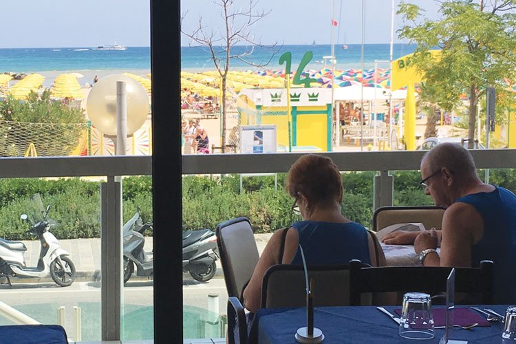 coppia in relax sul terrazzo dell'hotel tritone di Rimini. Vista mare